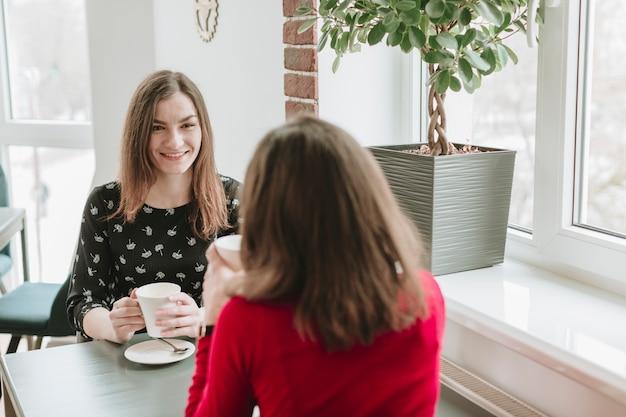 Mädchen, die kaffee in einem restaurant trinken Kostenlose Fotos