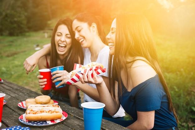 Mädchen, die picknick auf sonnenuntergang haben Kostenlose Fotos