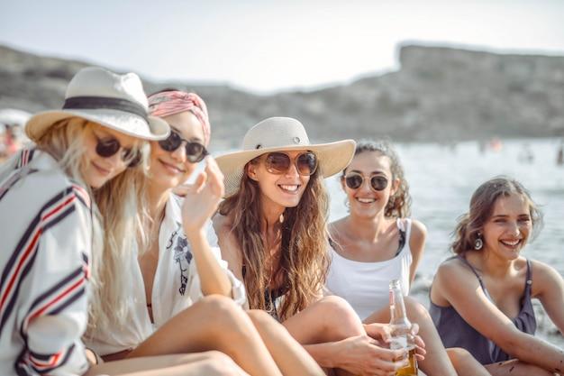 Mädchen, die spaß am strand haben Premium Fotos