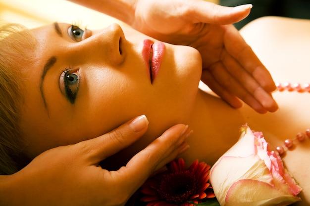 Mädchen eine kopfmassage erhalten Premium Fotos