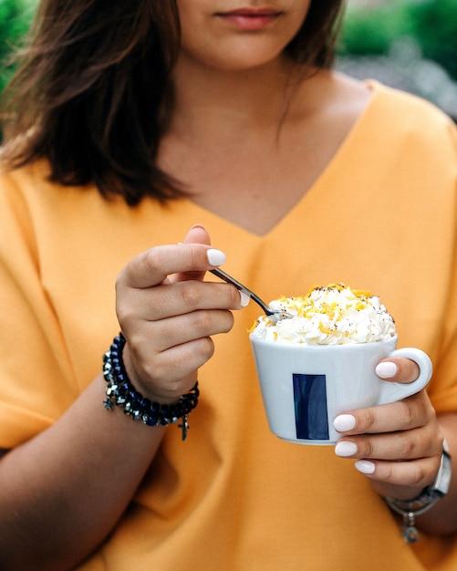 Mädchen essen dessert in der tasse serviert Kostenlose Fotos