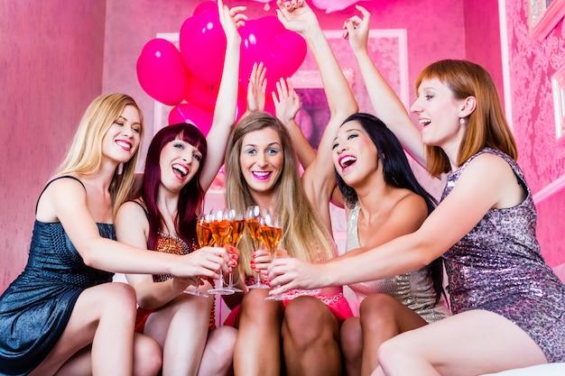 Mädchen feiern im nachtclub Premium Fotos