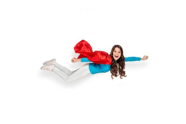Mädchen fliegt im heldenkostüm Premium Fotos