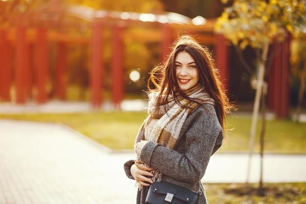 Mädchen geht. frau im mantel. brünette mit schal. Kostenlose Fotos
