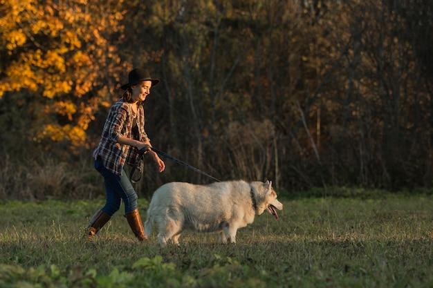 Mädchen geht mit husky Kostenlose Fotos