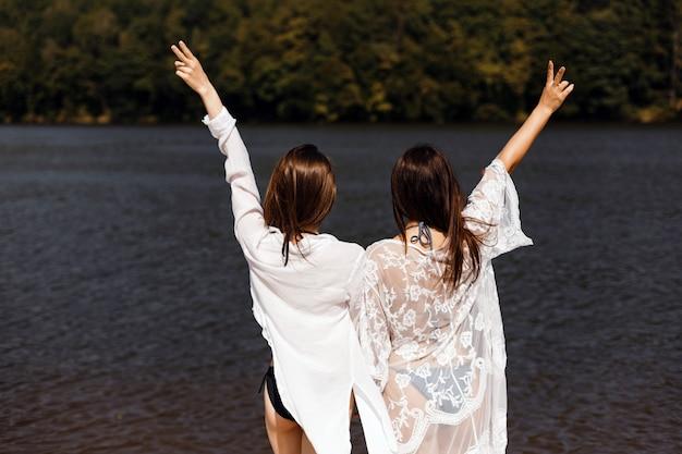 Mädchen genießen flussansichten Premium Fotos