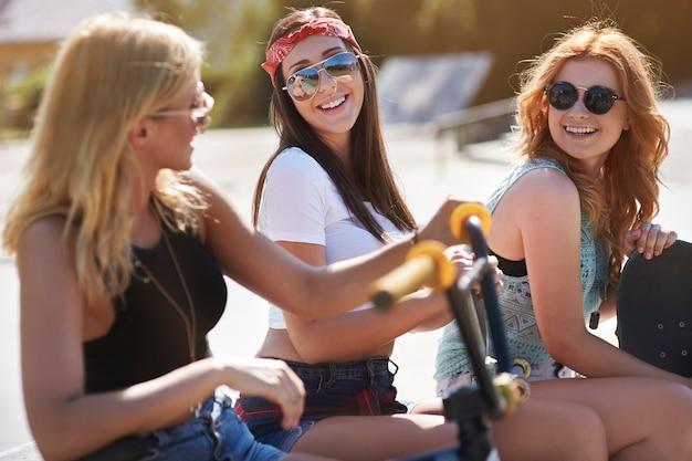 Mädchen haben spaß im skatepark Kostenlose Fotos