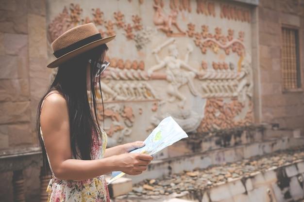 Mädchen hält eine touristische karte in der alten stadt. Kostenlose Fotos