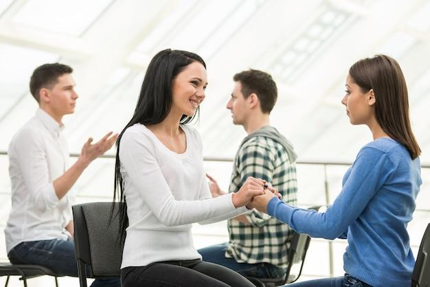Mädchen hilft einem anderen mädchen, depressionen zu überwinden. Premium Fotos