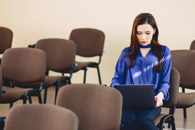 Mädchen im auditorium arbeitet mit laptop Premium Fotos