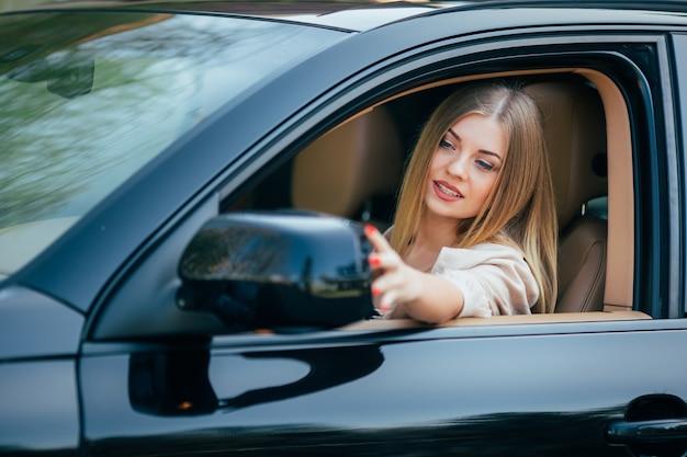 Mädchen im auto arrangieren spiegel der rückansicht Kostenlose Fotos