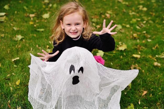 Mädchen im halloween-kostüm an halloween mit spielzeuggeist Premium Fotos