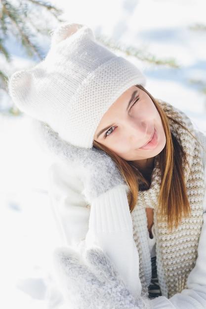 Mädchen im hut und in den handschuhen lächelnd im winter Premium Fotos
