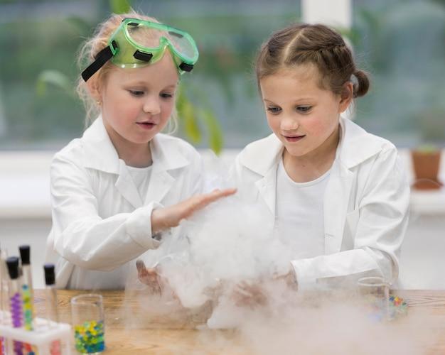 Mädchen im labor machen experimente Kostenlose Fotos
