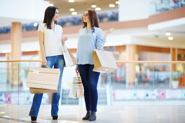Mädchen im modernen einkaufszentrum Kostenlose Fotos