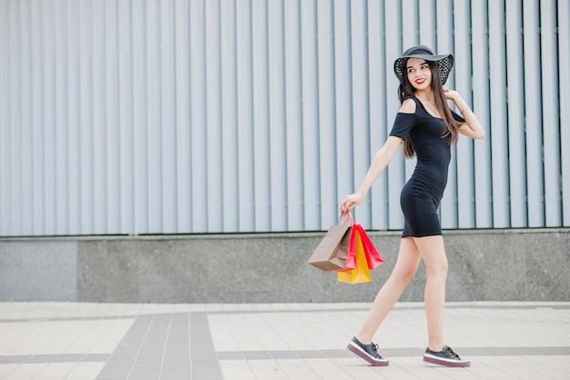 Mädchen im schwarzen kleid nach draußen gehen Kostenlose Fotos