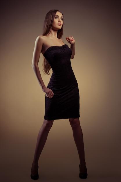 Mädchen im schwarzen kleid Premium Fotos