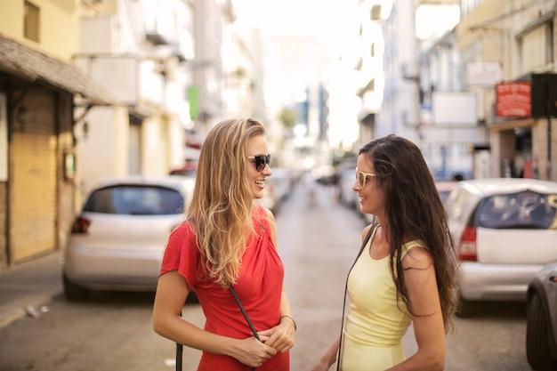 Mädchen im sommer in der stadt Premium Fotos
