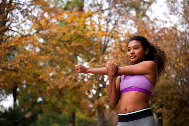 Mädchen im sport-bh, der übung ausdehnend tut. Premium Fotos