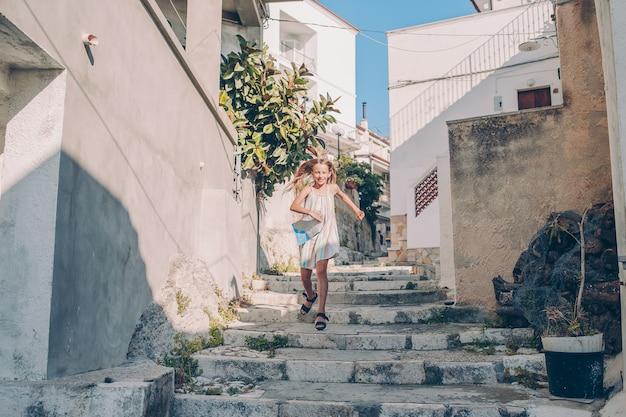 Mädchen im urlaub in europa Premium Fotos