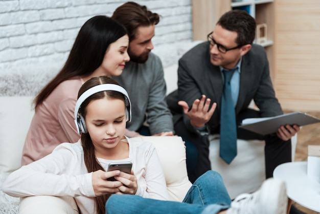 Mädchen in den kopfhörern benutzen smartphone-therapie-sitzung Premium Fotos