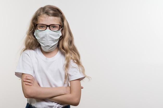 Mädchen in der medizinischen maske. Premium Fotos