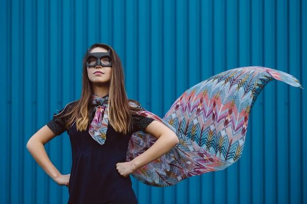 Mädchen in der schwarzen superheldmaske Kostenlose Fotos