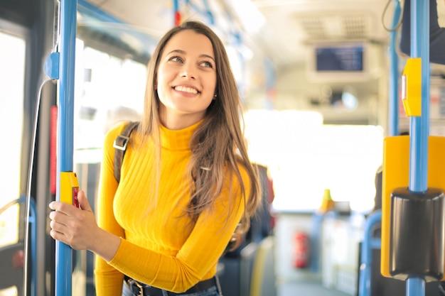 Mädchen in einem bus unterwegs Premium Fotos
