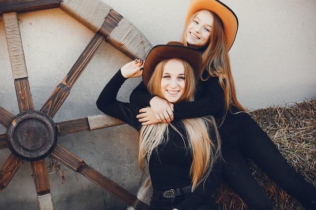 Mädchen in einem cowboyhut auf einer ranch Kostenlose Fotos