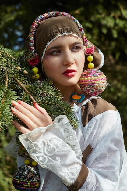 Mädchen in einem handgemachten kleid der ethnischen mode der weinlese, das draußen aufwirft Premium Fotos