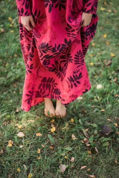 Mädchen in einem leinenkleid. mit einem blumenkranz auf dem kopf. Kostenlose Fotos