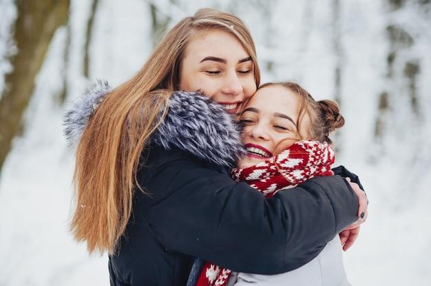 Mädchen in einem park Kostenlose Fotos