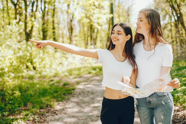Mädchen in einem wald Kostenlose Fotos