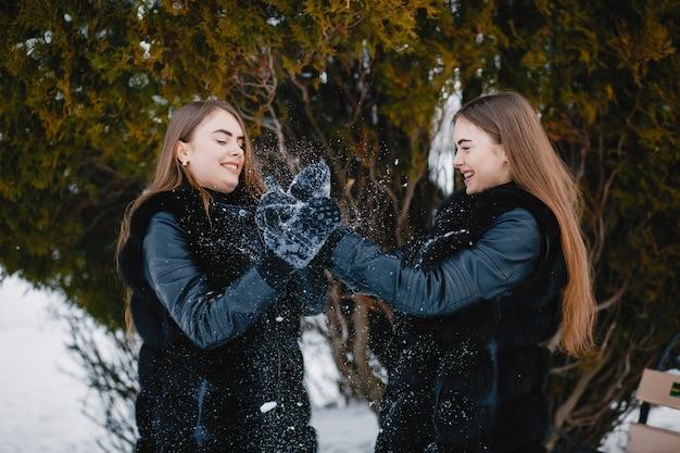 Mädchen in einem winterpark Kostenlose Fotos