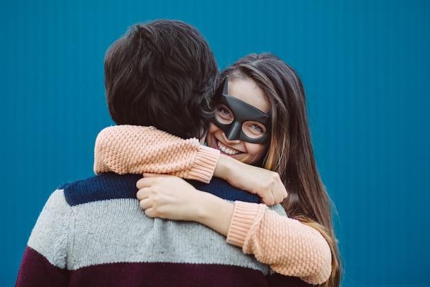 Mädchen in einer maske ihren jungen kerl küssend. Kostenlose Fotos
