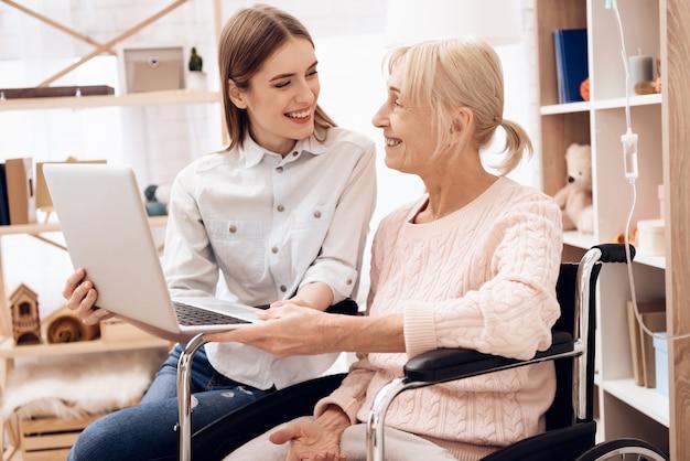 Mädchen interessiert sich für ältere frau zu hause. Premium Fotos