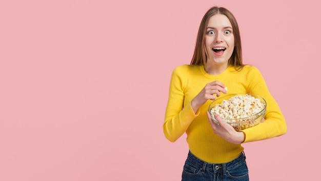 Mädchen isst popcorn Kostenlose Fotos