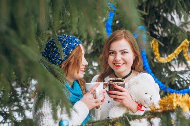 Mädchen mit bäumen Kostenlose Fotos