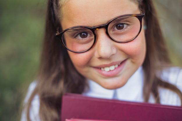 Mädchen mit braunen augen in den gläsern, die, nett, glücklich, eyewear, intelligent, brillen schauen und lächeln Kostenlose Fotos