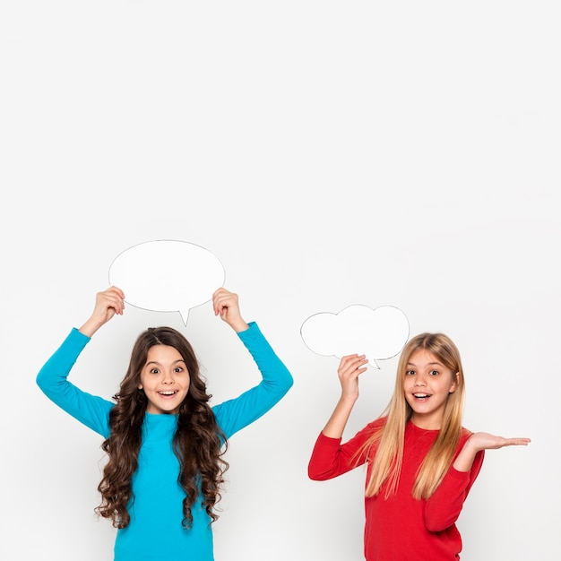 Mädchen mit chatblasen Kostenlose Fotos