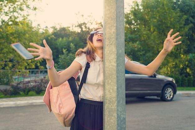 Mädchen mit dem handy abgelenkt Premium Fotos