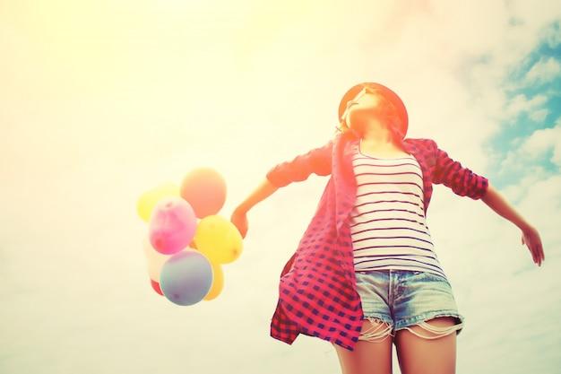 Mädchen mit den armen ausgestreckt in den sonnenuntergang Kostenlose Fotos
