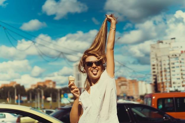 Mädchen mit einem eis ihre zunge heraus und zieht ihr haar Premium Fotos