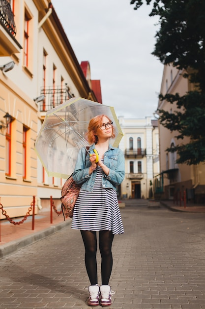 mädchen mit einem geöffneten regenschirm  premiumfoto