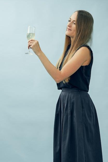 Mädchen mit einem glas champagner Premium Fotos