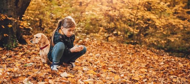 Mädchen mit einem hund im park Premium Fotos