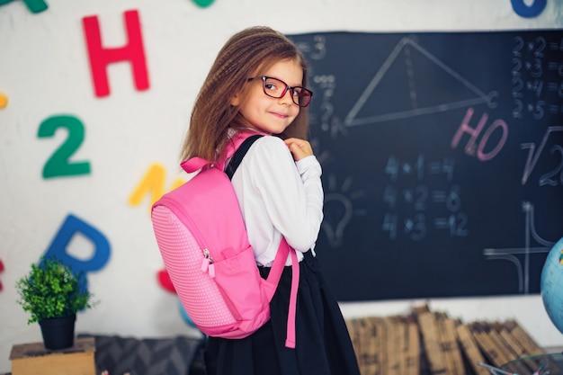 Mädchen mit einem schulrucksack Premium Fotos