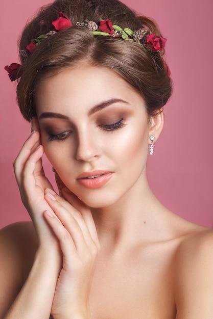 Mädchen mit einer blumenverzierung in ihrem haar. Premium Fotos