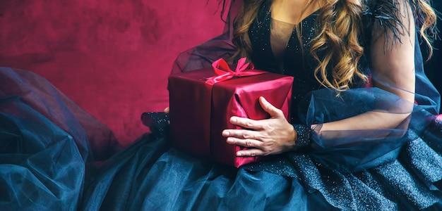 Mädchen mit geschenken für den urlaub. Premium Fotos
