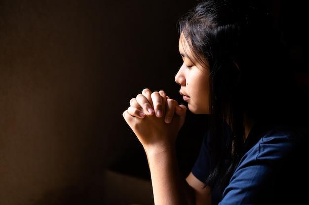 Mädchen beten schwarzes an Mädchen Weißes Weißes iPhone